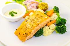 Bife salmon fritado com vegetais Fotografia de Stock Royalty Free