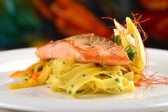 Bife salmon grelhado na massa da fita Imagem de Stock Royalty Free