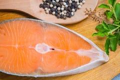 Bife Salmon na placa de madeira foto de stock royalty free