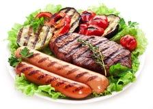 Bife, salsichas e vegetais grelhados. foto de stock