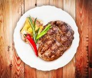 Bife suculento com vegetais Fotografia de Stock