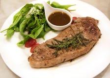 Bife superior do ribeye em um prato bem decorado Fotos de Stock Royalty Free