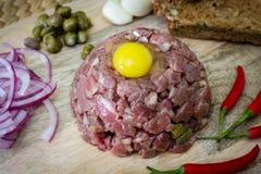 Bife tartare saboroso, carne crua - bife tartare clássico na placa de madeira imagem de stock