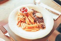 Bifes com batatas fritas Imagem de Stock