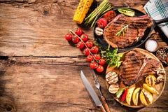 Bifes com vegetais grelhados foto de stock