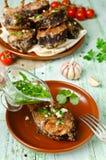 Bifes da carpa nos pães ralados e nas especiarias com caldo dos peixes Imagens de Stock