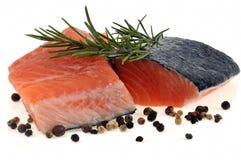 Bifes de salm?es crus com alecrins e especiarias em um fundo branco foto de stock