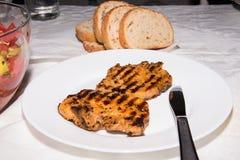Bifes deliciosos e salada fresca para o jantar imagem de stock royalty free