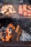 Bifes deliciosos em uma grade do BBQ fotos de stock