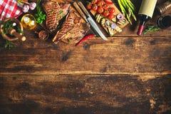 Bifes do lombo grelhados com ervas frescas, bott do vinho da American National Standard dos vegetais Imagem de Stock Royalty Free