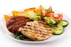 Bifes e vegetais grelhados Imagem de Stock