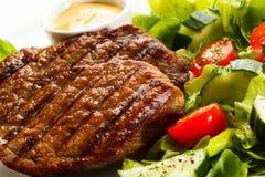 Bifes e vegetais grelhados Fotografia de Stock Royalty Free