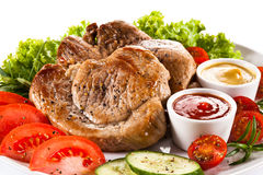 Bifes e vegetais grelhados Foto de Stock Royalty Free