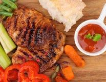 Bifes e vegetais Roasted Fotos de Stock