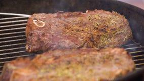 Bifes na grade com chamas Cozinhando bifes nos carvões Conceito de comer a carne fotografia de stock royalty free