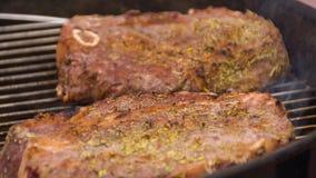 Bifes na grade com chamas Cozinhando bifes nos carvões Conceito de comer a carne fotografia de stock