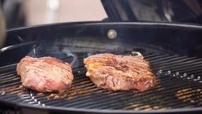 Bifes na grade com chamas Cozinhando bifes nos carvões Conceito de comer a carne fotos de stock