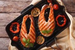 Bifes Salmon e vegetais grelhados na opinião superior horizontal da bandeja Fotos de Stock Royalty Free