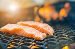 Bifes salmon grelhados em uma grade Grade da chama do fogo Cozinha do restaurante e do jardim Partido de jardim Prato saudável fotografia de stock royalty free