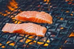 Bifes salmon grelhados em uma grade Grade da chama do fogo Cozinha do restaurante e do jardim Partido de jardim Prato saudável imagem de stock