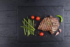 Bifes servidos com aspargo grelhado fotos de stock royalty free