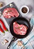 Biff för rått kött med smaktillsatser på konkret bakgrund Biff som är klar för att laga mat Ingredienser för att grilla för kött Royaltyfri Fotografi