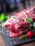 Biff Gnälla steak meat Portion kött rå ny meat Stek av fransyska T-ben biff Flankbiff Garnering för grönsak för andbröst Arkivbild