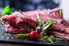 Biff Gnälla steak meat Portion kött rå ny meat Stek av fransyska T-ben biff Flankbiff Garnering för grönsak för andbröst Royaltyfri Bild