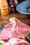 Biff Gnälla steak meat Portion kött rå ny meat Stek av fransyska T-ben biff Flankbiff Garnering för grönsak för andbröst Fotografering för Bildbyråer