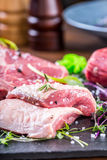 Biff Gnälla steak meat Portion kött rå ny meat Stek av fransyska T-ben biff Flankbiff Garnering för grönsak för andbröst Arkivfoton
