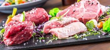 Biff Gnälla steak meat Portion kött rå ny meat Stek av fransyska T-ben biff Flankbiff Garnering för grönsak för andbröst Royaltyfria Bilder