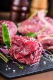 Biff Gnälla steak meat Portion kött rå ny meat Stek av fransyska T-ben biff Flankbiff Garnering för grönsak för andbröst Royaltyfri Fotografi