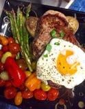 Biff med ägget och grönsaker Royaltyfri Foto