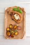 Biff och bakade potatisar med vitlök Royaltyfri Fotografi
