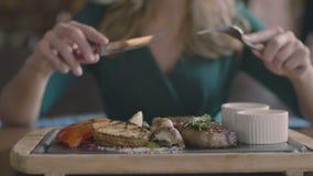 Biff- och gallergrönsaker service och kvinnahänder stock video