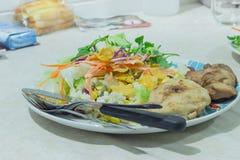 Biff och grönsaker på den vita plattan Arkivfoto