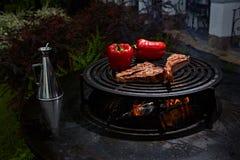 Biff och T-ben för tomahawkstödnötkött på varmt svart galler royaltyfria foton