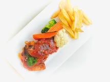 Biffar, pommes frites och grönsaker Arkivfoto