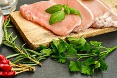 Biffkotlett och ingredienser för rått kött för att laga mat royaltyfri bild