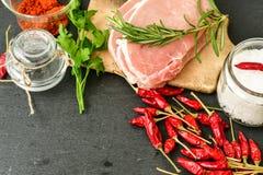 Biffkotlett och ingredienser för rått kött för att laga mat arkivbild