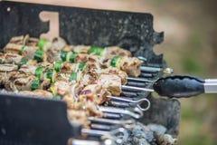 Biffshishkabobsteknålar med grönsaker som lagar mat på flammande gril Arkivfoton