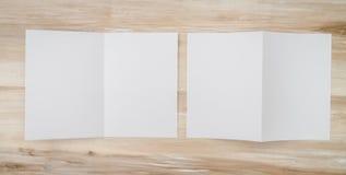 Bifold белая бумага шаблона на деревянной текстуре Стоковые Фотографии RF