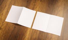 Bifold белая бумага шаблона на деревянной текстуре Стоковое Изображение RF