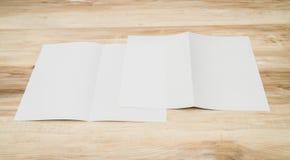 Bifold белая бумага шаблона на деревянной текстуре Стоковые Фото