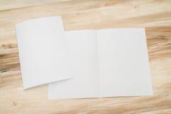 Bifold белая бумага шаблона на древесине Стоковая Фотография