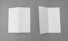 Bifold белая бумага шаблона на серой предпосылке Стоковое Изображение