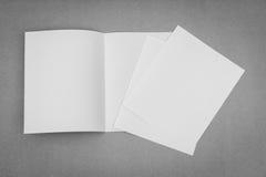 Bifold белая бумага шаблона на серой предпосылке Стоковые Фото