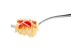 Biforchi con spaghetti, la salsa di pomodori ed il formaggio immagine stock