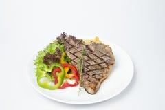 Bifteck à l'os servi avec de la salade fraîche photos libres de droits