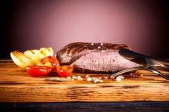 Bifteck aux oignons et aux tomates-cerises frits Photographie stock libre de droits